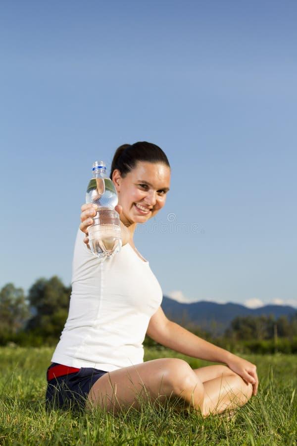 Uma menina sportive nova com um frasco foto de stock