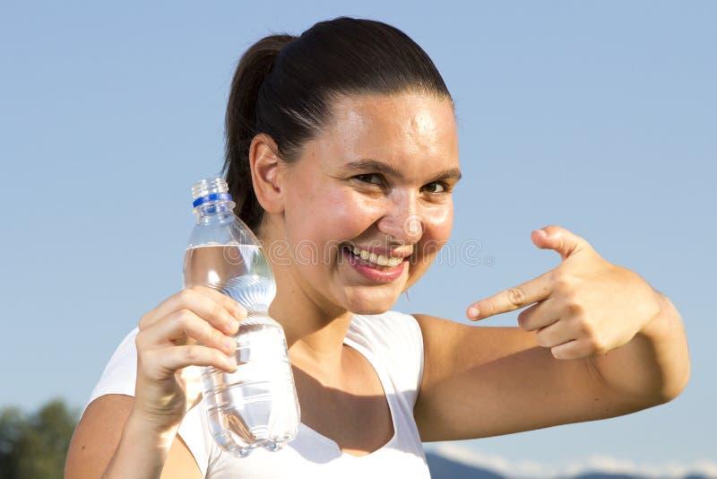 Uma menina sportive nova com um frasco imagens de stock