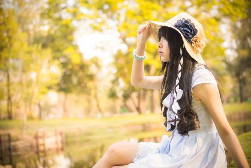 Uma menina tailandesa asiática bonito está olhando no céu com esperança no natura fotos de stock