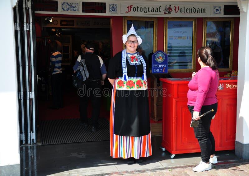 Uma menina vestiu-se acima no traje tradicional holandês, Volendam, Países Baixos imagem de stock