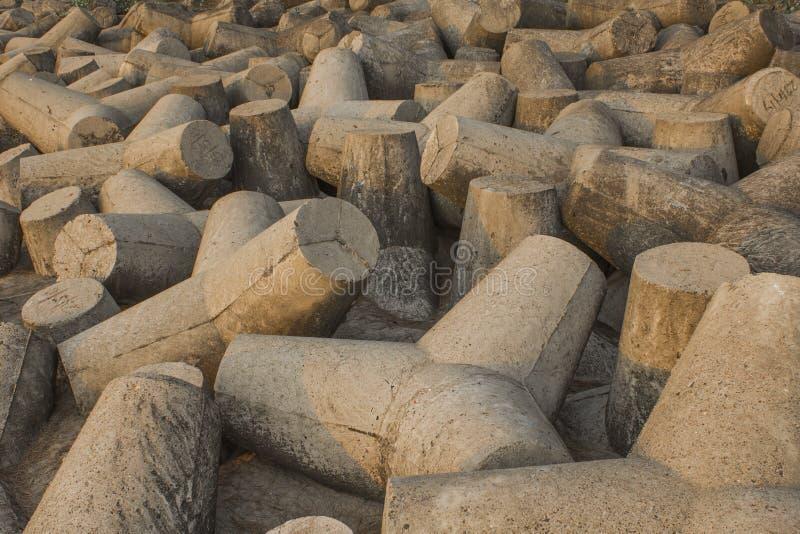 Uma mentira concreta cinzenta dos tetrapods na areia Barreira do tsunami proteção da tempestade fotografia de stock royalty free