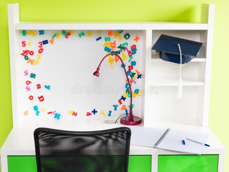 Uma mesa da escola do ` s da criança com fontes de escola foto de stock