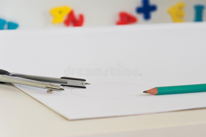 Uma mesa da escola do ` s da criança com fontes de escola fotos de stock