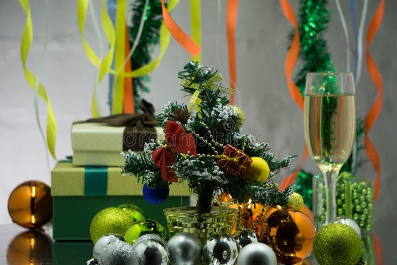 Uma mesa de jantar decorada do Natal com vidros do champanhe e árvore de Natal no fundo fotos de stock royalty free