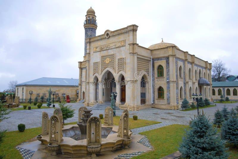Uma mesquita moderna nova em um dia nebuloso de janeiro, Gabala fotos de stock