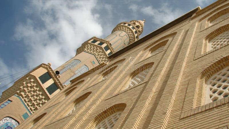 Uma mesquita no Curdistão, Iraque senta-se sob um céu azul e umas nuvens brancas imagens de stock