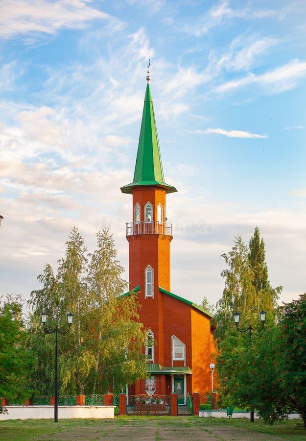 Uma mesquita pequena do tijolo vermelho em uma cidade provincial de Rússia Rep?blica de Bashkortostan fotografia de stock royalty free