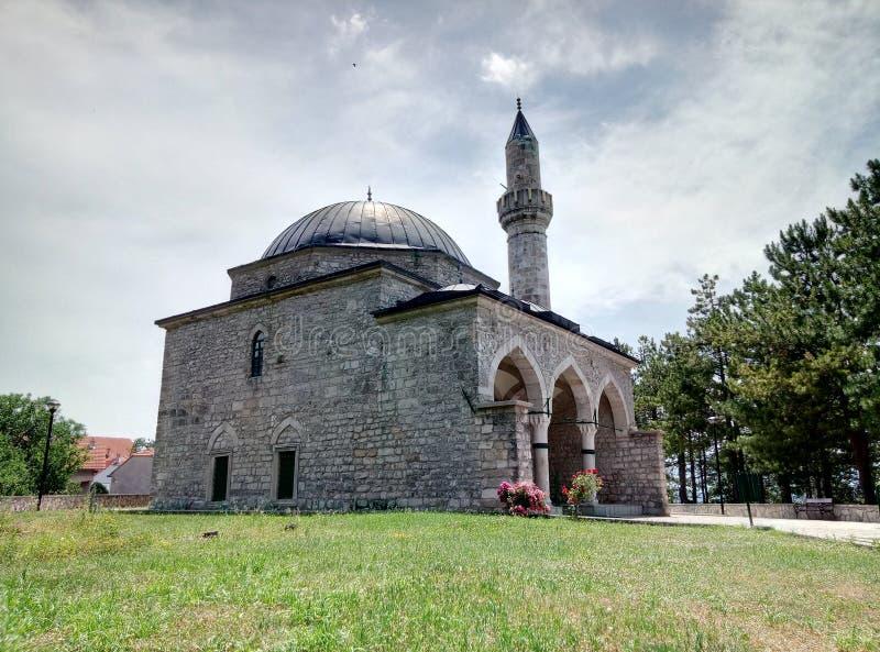 Uma mesquita pequena na cidade de Livno em Bósnia e em Herzegovina foto de stock royalty free