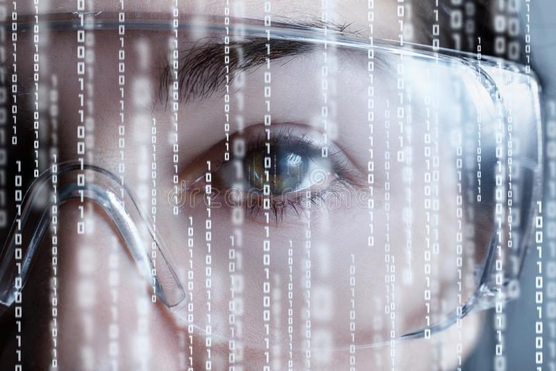 Uma metade da cara fêmea em vidros da realidade virtual com códigos binários imagem de stock