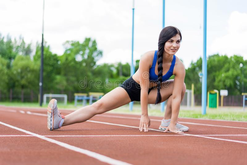 Uma moça é contratada nos esportes imagens de stock