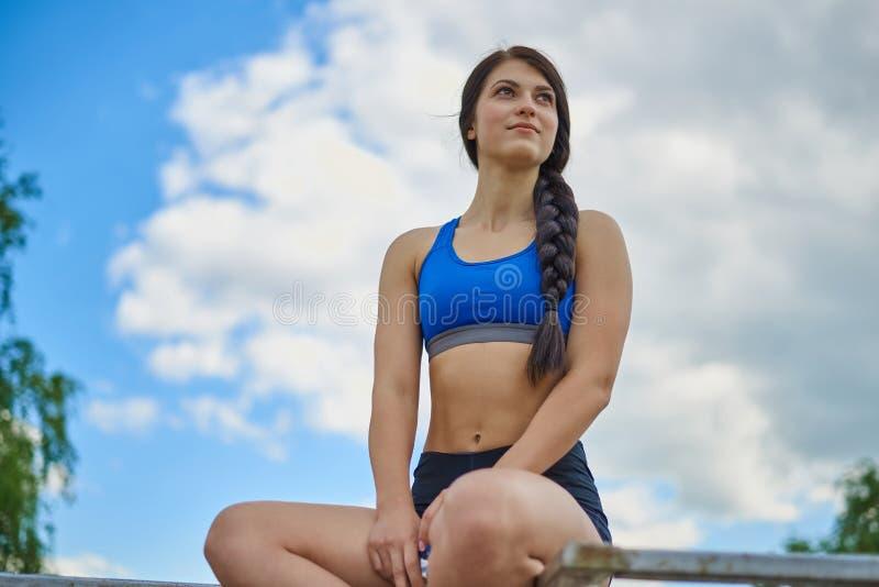 Uma moça é contratada nos esportes imagem de stock royalty free