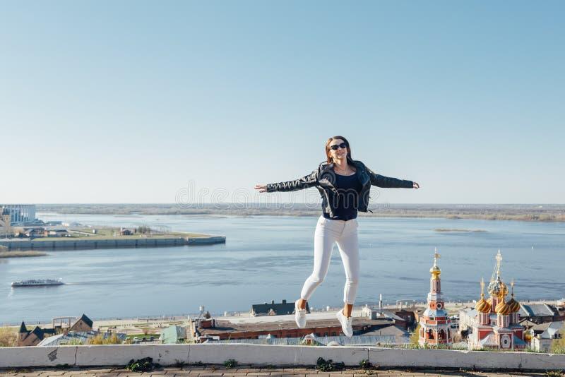 Uma moça anda na terraplenagem da baía da cidade imagem de stock royalty free