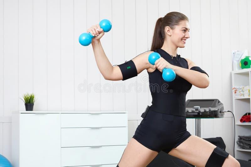 Uma moça bonita é contratada em um passeio muscular bonde imagem de stock