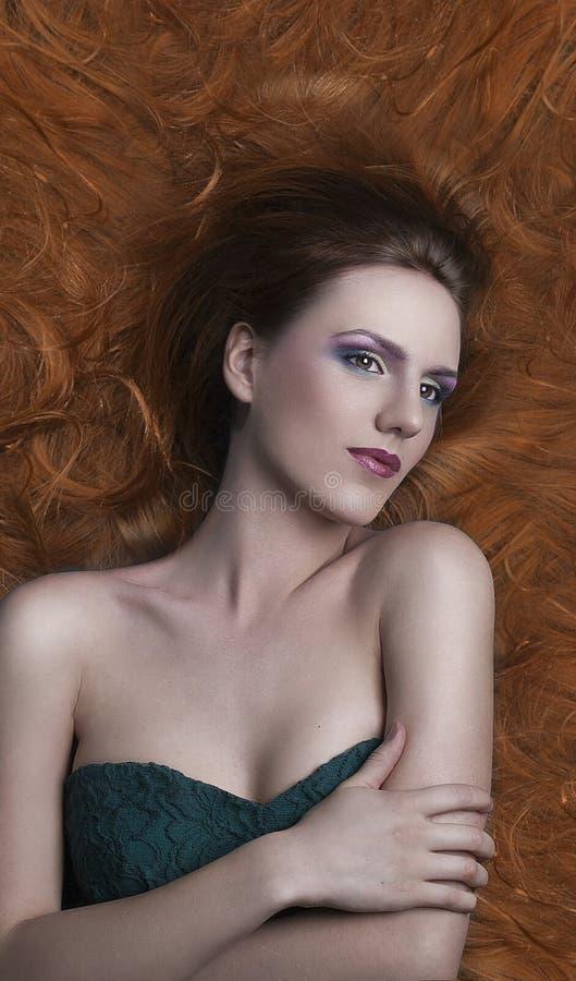 Uma moça bonita com uma composição bonita brilhante em um gree fotos de stock royalty free