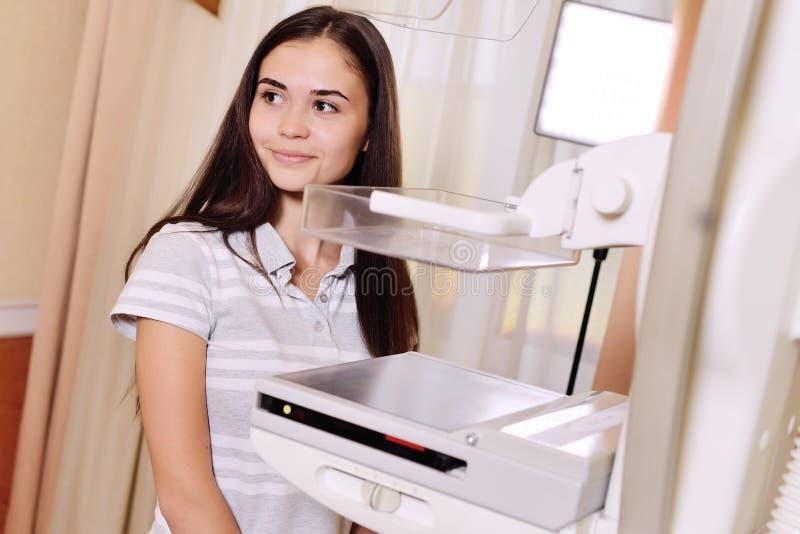 Uma moça bonita perto de um mammographer fotografia de stock
