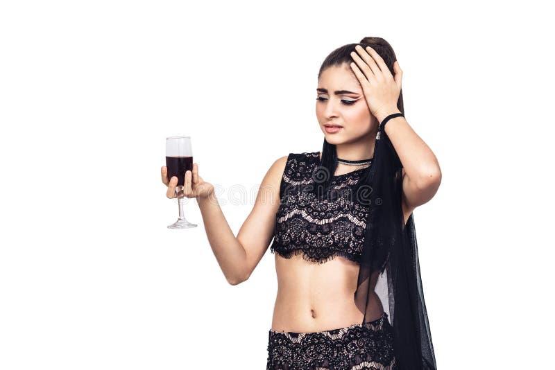 Uma moça bonita tem uma dor de cabeça do vinho fotografia de stock royalty free
