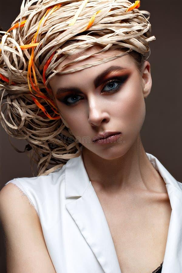 Uma moça com composição criativa brilhante Modelo bonito com um chapéu de palha em sua cabeça Pele de brilho pura Beleza da cara foto de stock