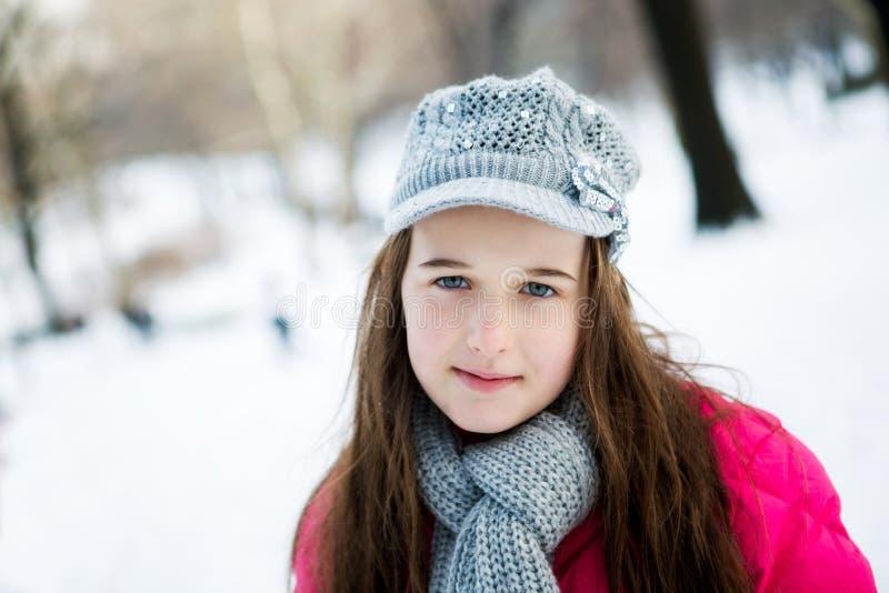 Uma moça com um dente faltante está encontrando-se nela para trás na GR imagens de stock royalty free