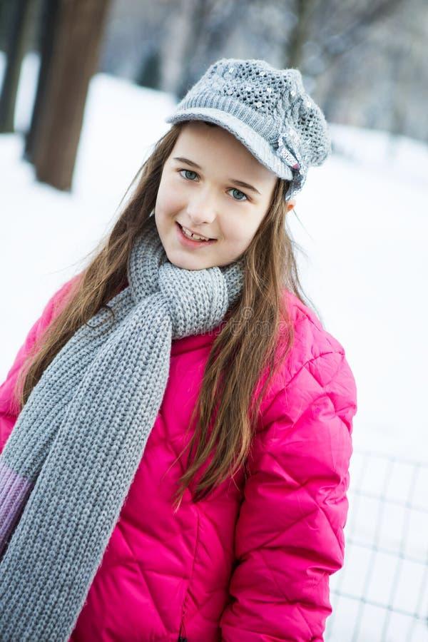 Uma moça com um dente faltante está encontrando-se nela para trás na GR imagens de stock