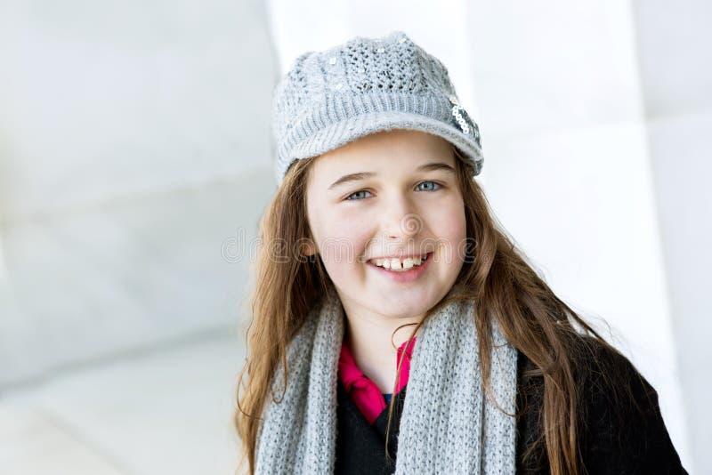 Uma moça com um dente faltante está encontrando-se nela para trás na GR fotos de stock royalty free