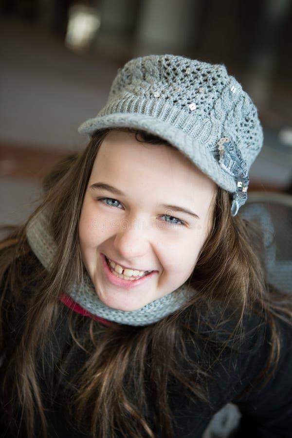 Uma moça com um dente faltante está encontrando-se nela para trás na GR fotografia de stock