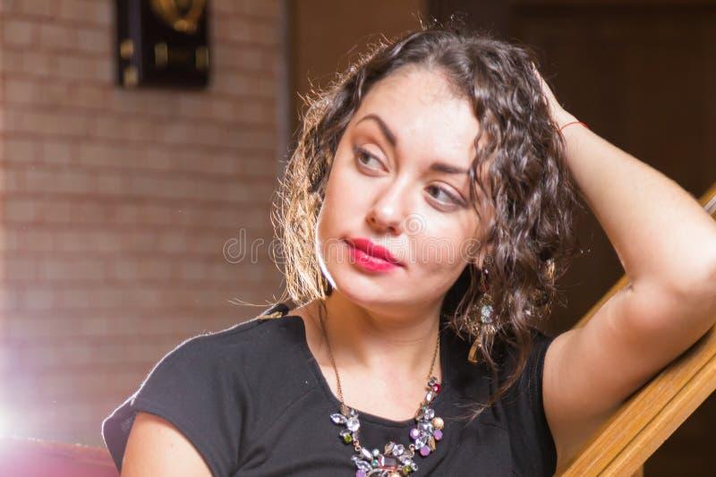Uma moça com um vidro do vinho em um ajuste bonito fotografia de stock royalty free