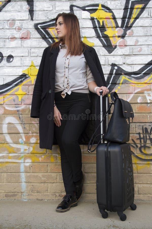 Uma moça com uma mala de viagem imagem de stock royalty free