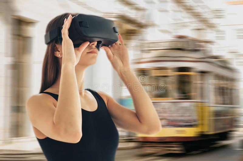 Uma moça com vidros da realidade virtual ou um turista ou um viajante virtual O conceito do curso ou do turismo virtual fotografia de stock royalty free