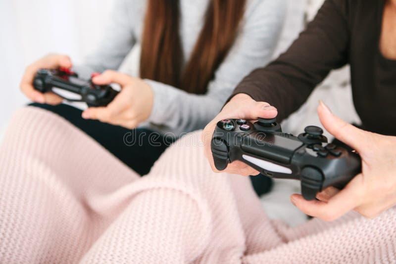 Uma moça e uma mulher idosa jogam junto em um jogo de vídeo Passatempo comum Vida familiar Uma comunicação do imagem de stock royalty free