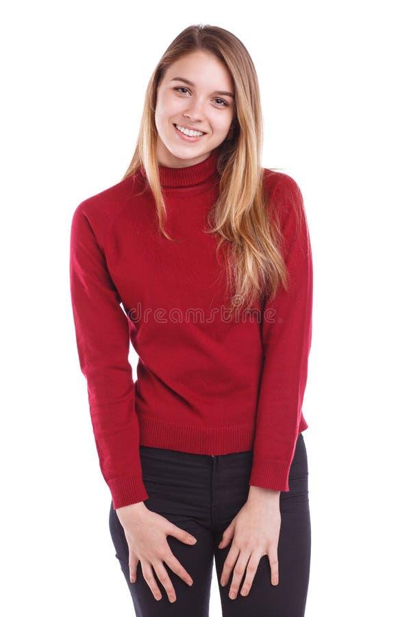 Uma moça em uma camiseta vermelha, levantando ao estar e ao sorrir Isolado imagem de stock royalty free