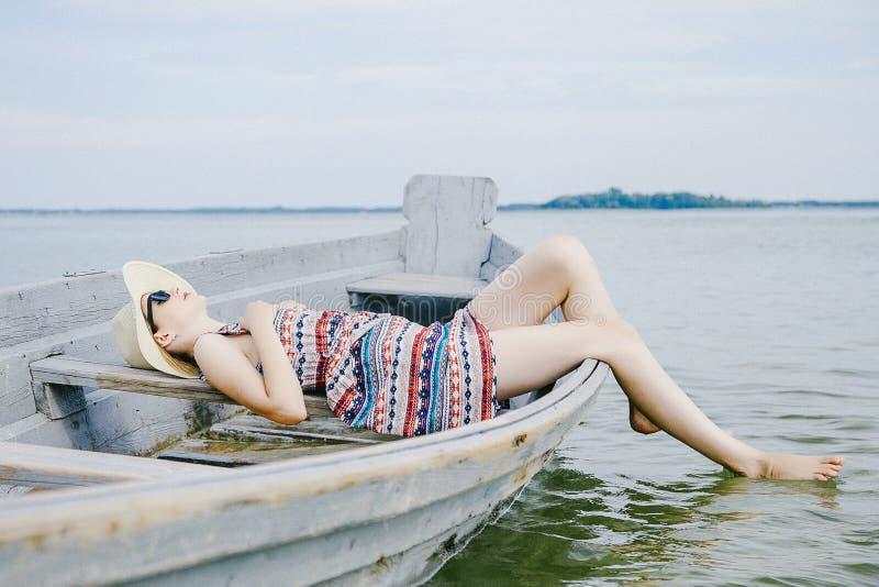 Uma moça em um dia ensolarado imagens de stock