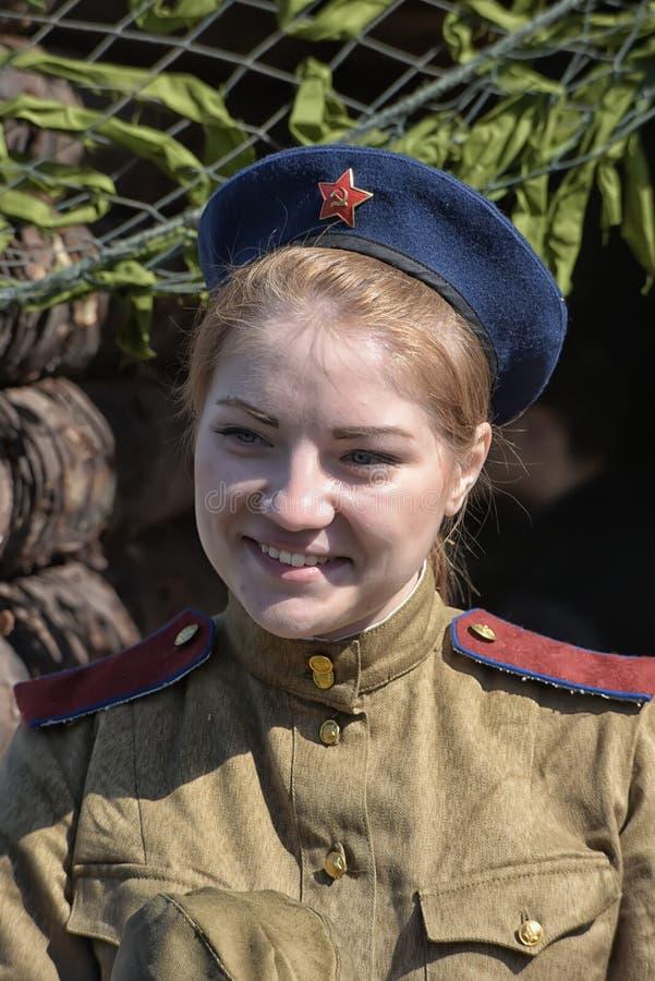 Uma moça sob a forma da grande guerra patriótica fotos de stock