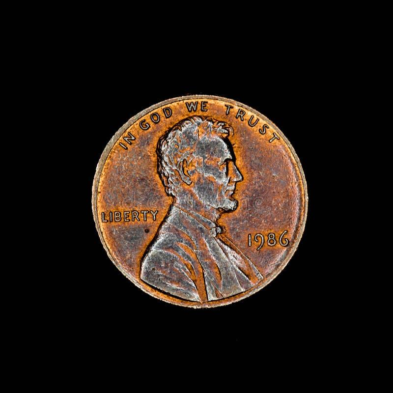 Uma moeda americana do centavo no fundo preto foto de stock