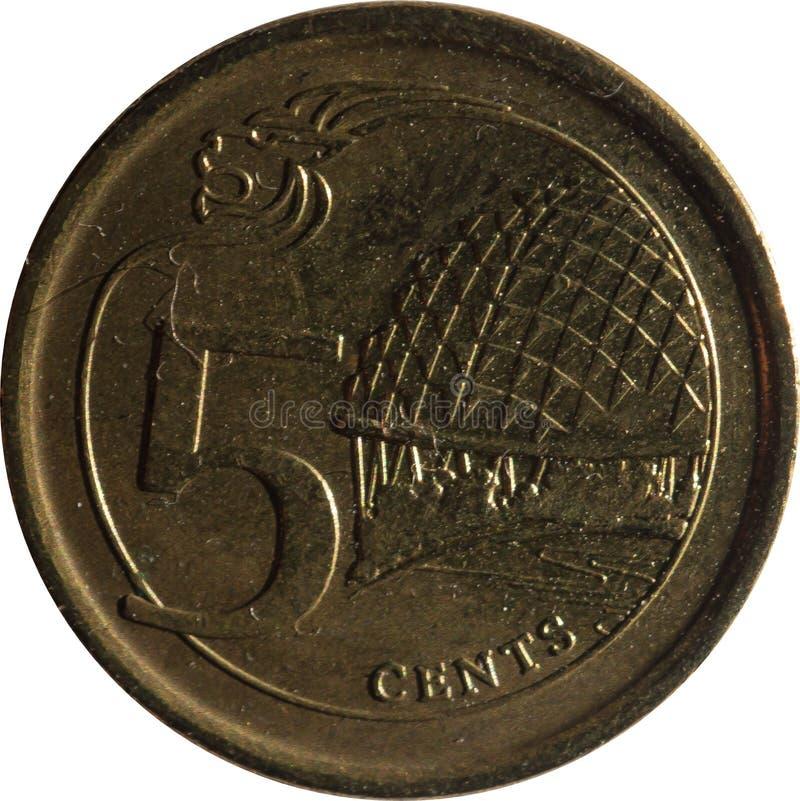 Uma moeda de cinco-centavo de Singapura caracteriza o motivo da Leão-cabeça, e o teatro da esplanada com a denominação, isolada n fotografia de stock
