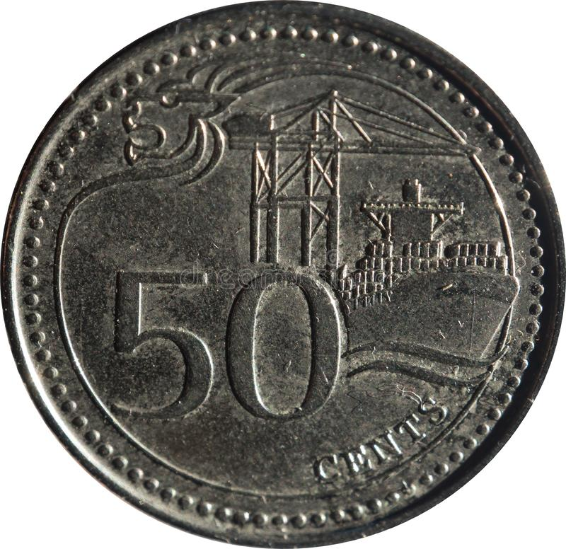 Uma moeda de cinqüênta-centavo de Singapura caracteriza o motivo da Leão-cabeça, o porto de Singapura, e a denominação, isolada n imagem de stock