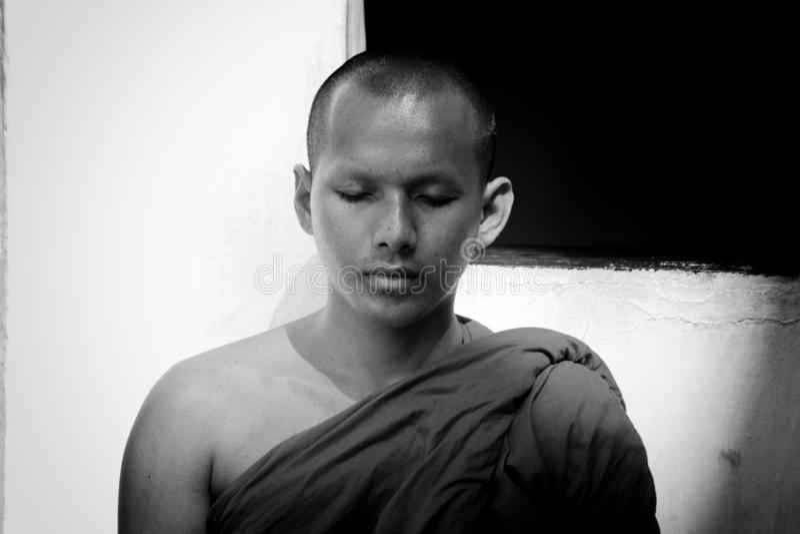 Uma monge budista nova na meditação profunda imagens de stock