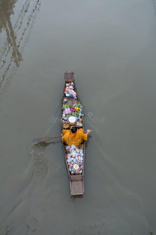 Uma monge em um barco no mercado de flutuação de Ampawa, Samutsongkhram, tailandês imagem de stock royalty free