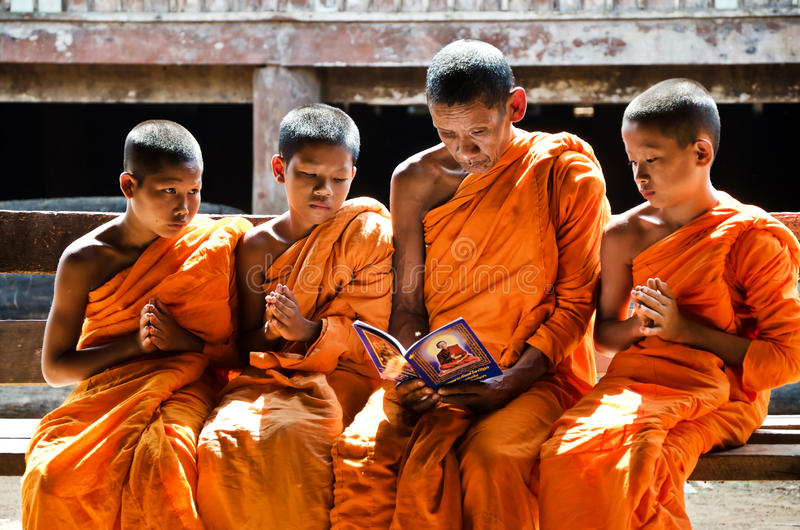 Uma monge não identificada que ensina a principiante novo monges fotos de stock royalty free