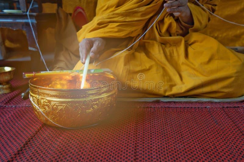 Uma monge reza com água santamente na cerimônia auspicioso dos budistas fotos de stock royalty free