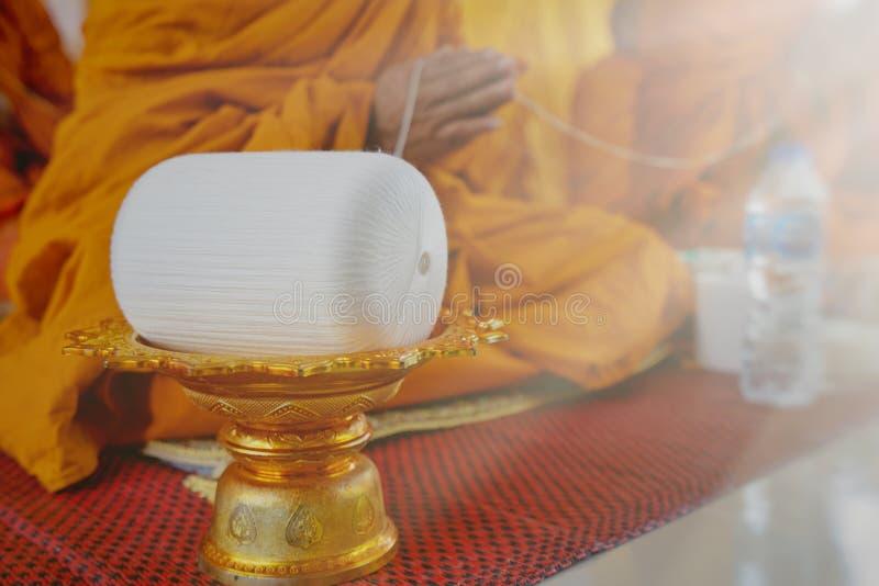 Uma monge reza com a linha santamente na cerimônia auspicioso dos budistas imagens de stock royalty free