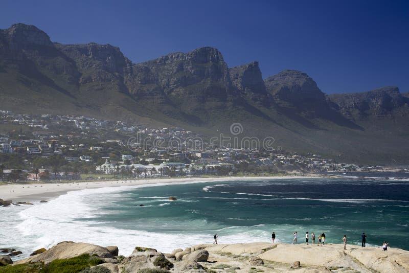 Uma montanha da praia e da tabela de Capetown fotos de stock royalty free
