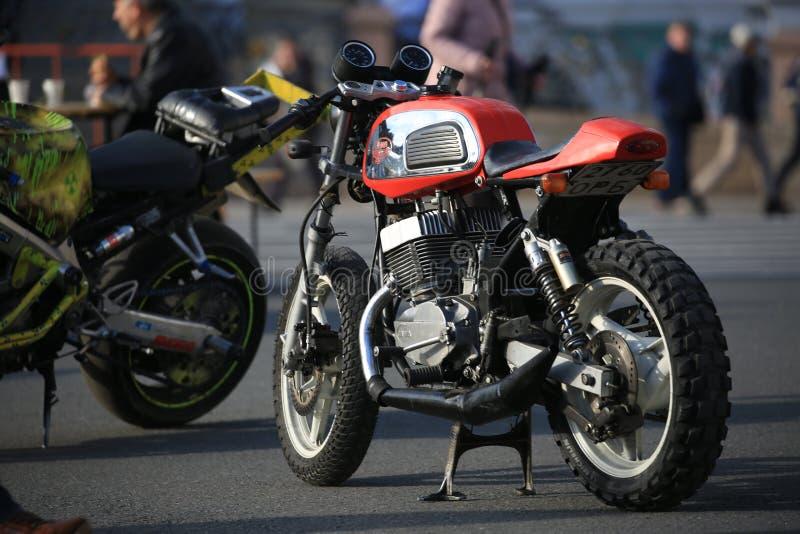 Uma motocicleta checa feita sob encomenda Jawa 350 na noite ensolarada Vista ao longo do lado esquerdo foto de stock