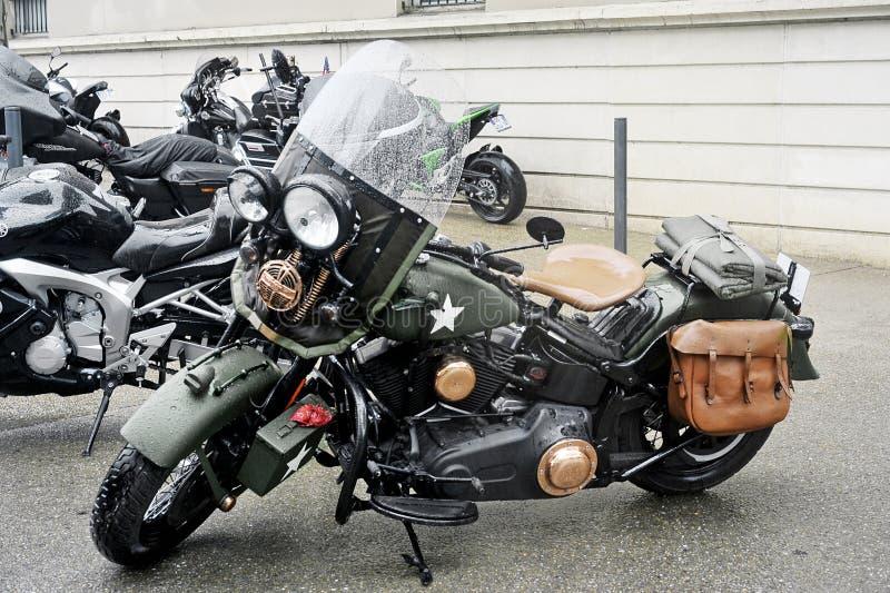 Uma motocicleta no exército do estilo postado foto de stock