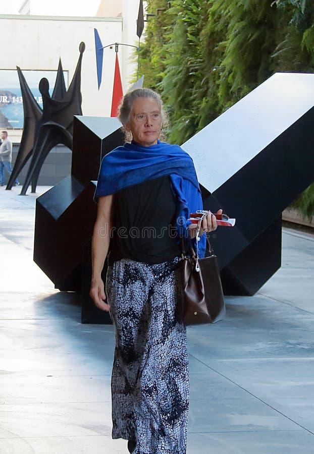 Uma mulher à moda com o lenço azul em San Francisco, Califórnia imagem de stock royalty free