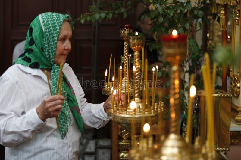 Uma mulher adulta em uma igreja fotos de stock royalty free