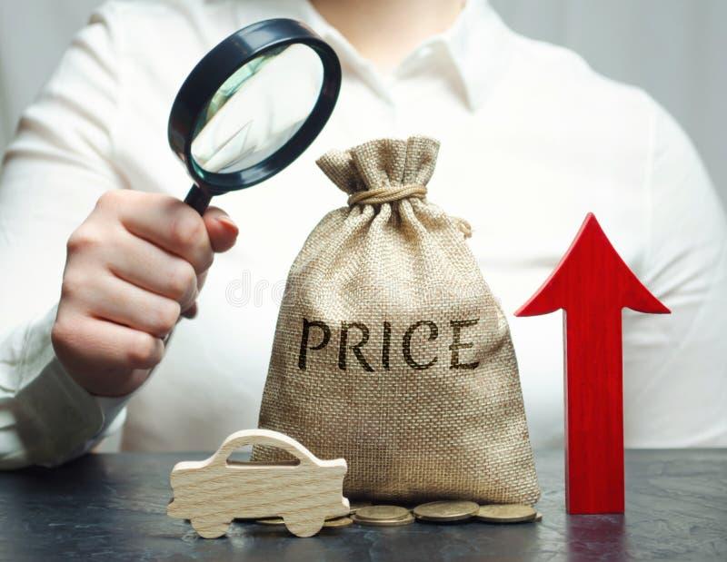 Uma mulher analisa os preços para a compra dos veículos O custo da auto manutenção está aumentando Taxas de juro altas para foto de stock
