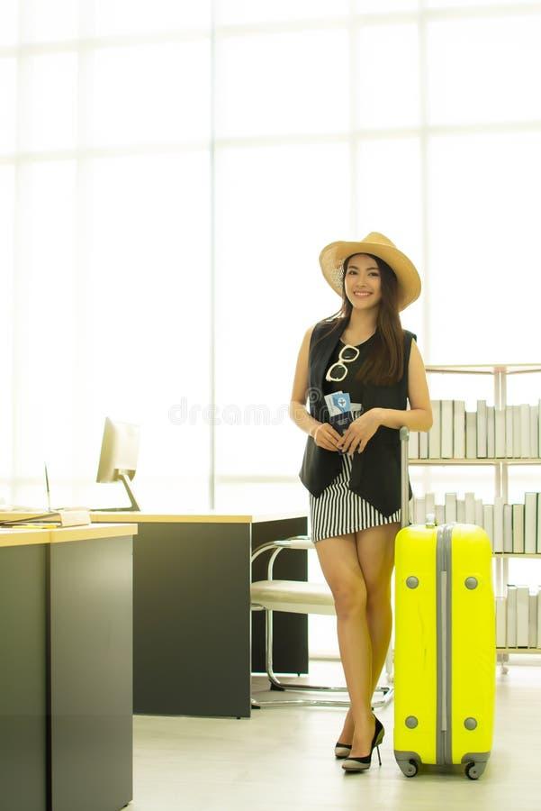 Uma mulher asiática bonita está indo viajar imagens de stock royalty free