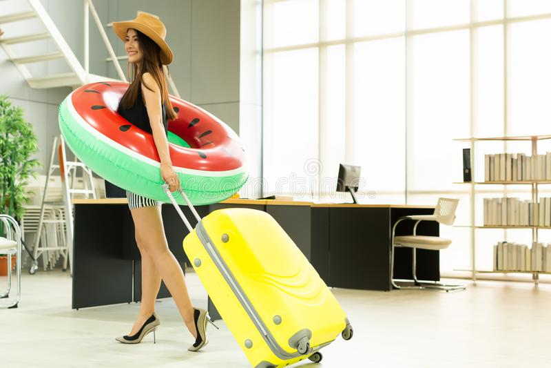 Uma mulher asiática está indo viajar para o verão foto de stock royalty free