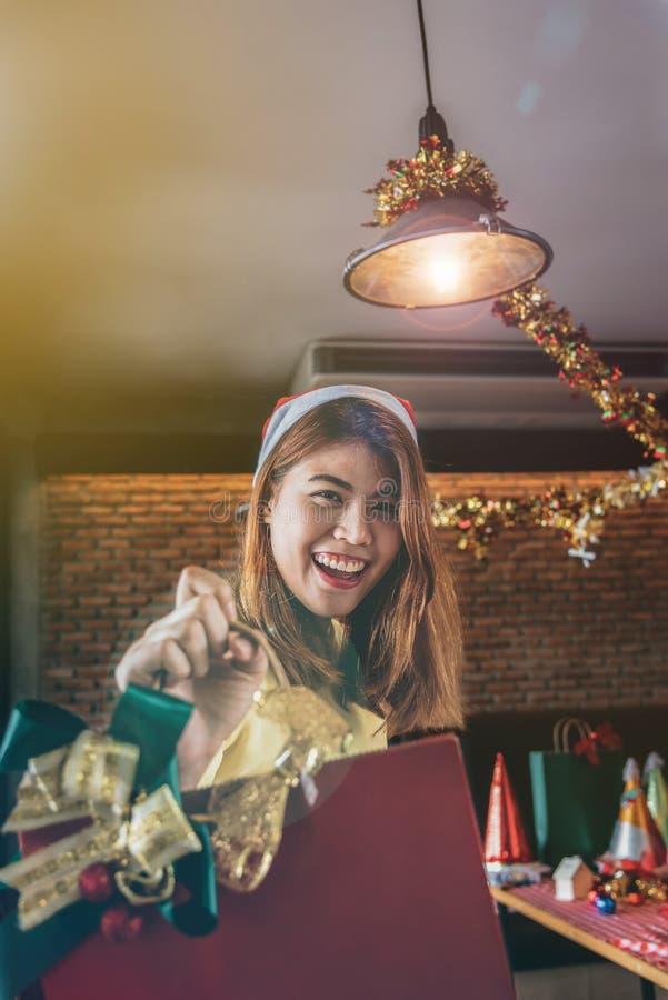 Uma mulher asiática está muito feliz receber presentes na Noite de Natal imagem de stock
