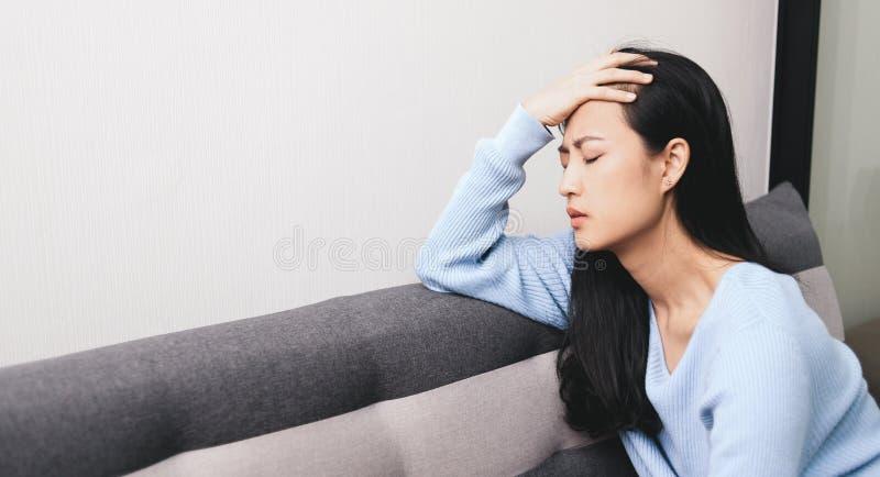Uma mulher asiática a ficar ansiosa e deprimida imagens de stock